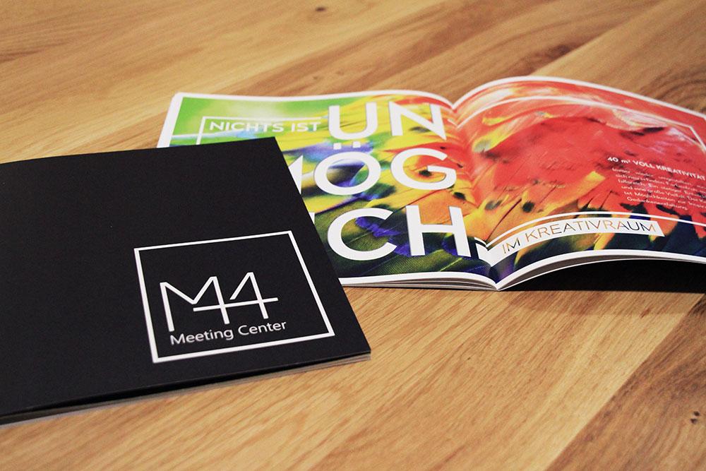 quadratische M44 Broschüre